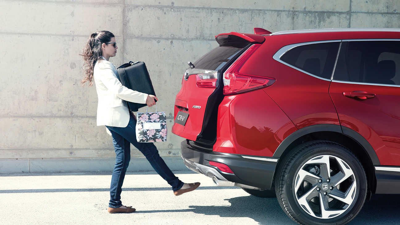 Side facing shot of Honda CR-V with rear bumper hands free access.