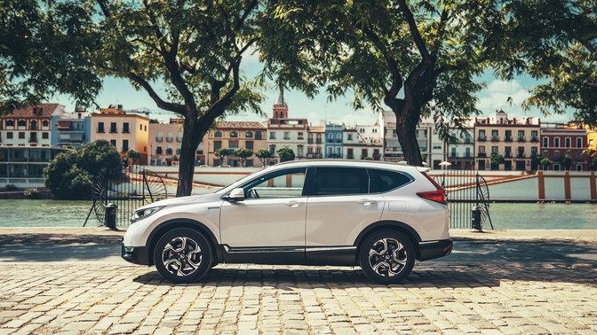 Côté face Honda CR-V hybride voiture dans la rue.