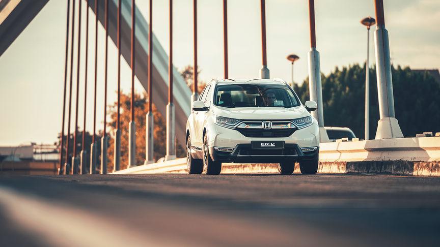 Face avant trois quarts Honda CR-V hybride voiture dans la rue emplacement.