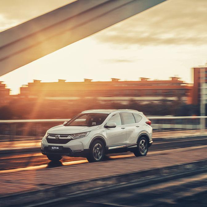 Côté face Honda CR-V hybride à l'emplacement de la rue.