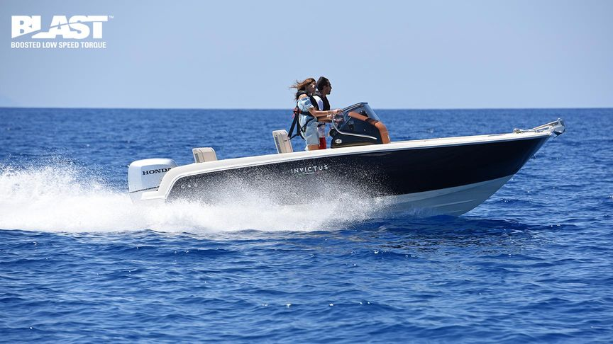 Speed boat in sea with a Honda BF 150 outboard engine