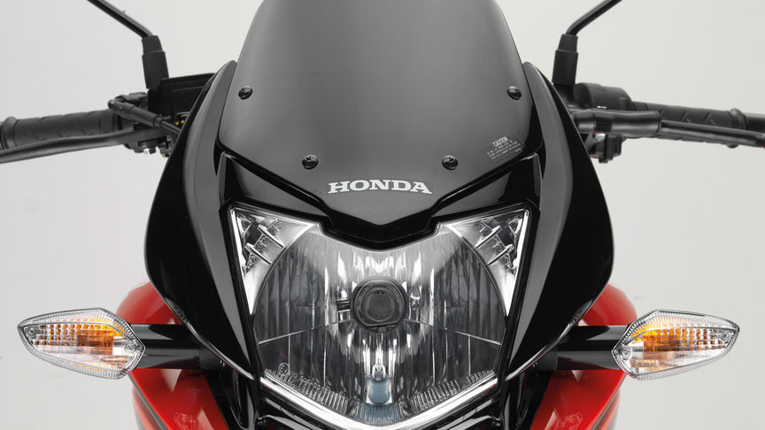 Close-up of front of CBF125, focusing on front headlight and windscreen.