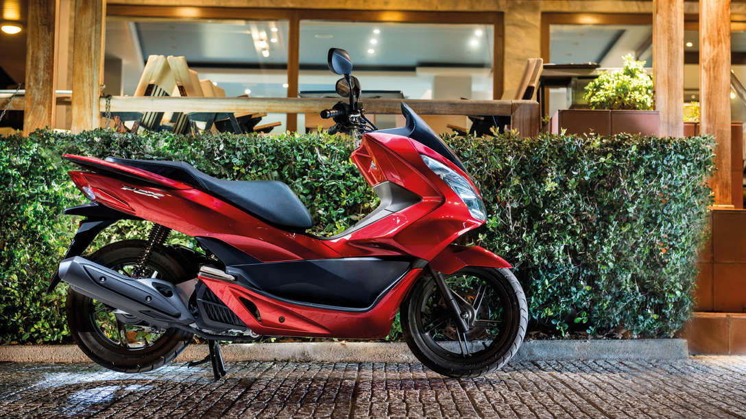 honda pcx get more out of the city honda uk. Black Bedroom Furniture Sets. Home Design Ideas