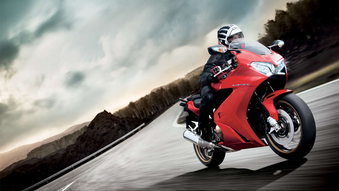 Honda-VFR800F-Tourer-Location-Victory Red-Dynamic