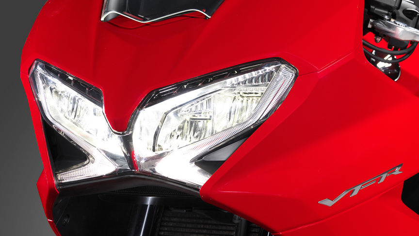 Honda-VFR800F-Tourer-Studio-Victory Red-Headlight